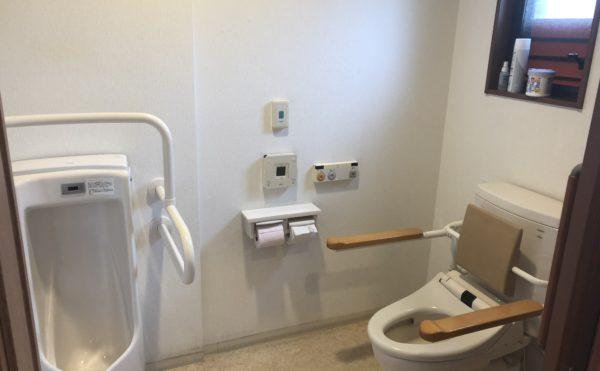 共有トイレ。清潔感があり、手すりが設置されて安心して利用する事が出来ます。(グループホーム ケアクオリティシャンテ)