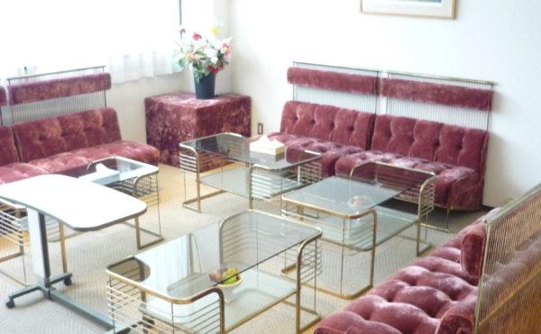 喫茶室になります。大きな開放的な窓があり、明るくて清潔感のある空間を演出しています。(ベストライフ熱海)
