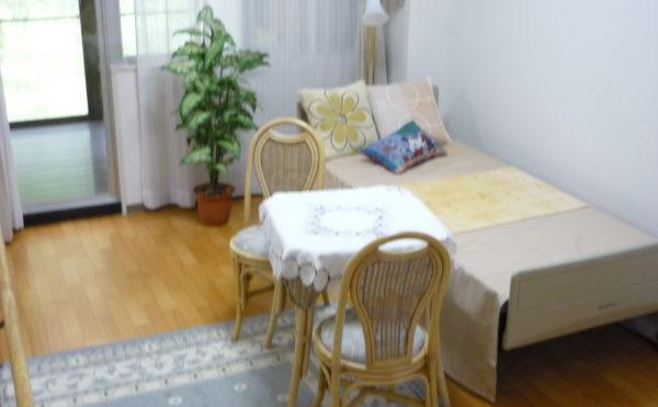 1人部屋 ※写真はモデルルームになります。大きな窓が配置されていて、ベッドも用意されています。(ベストライフ熱海)