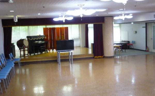 広いプレイルーム。大型のテレビやピアノ・太鼓など楽しく過ごす事が出来る広いスペースがあります。(ベストライフ熱海)
