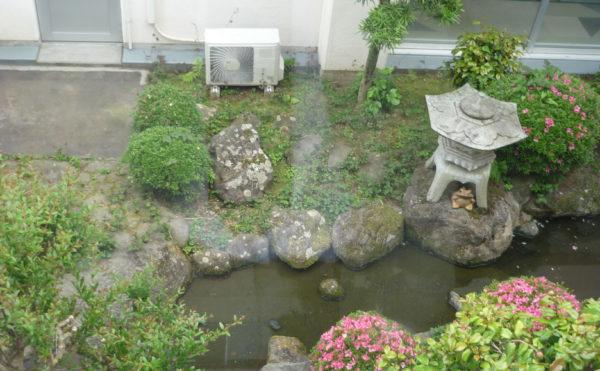 中庭があります。建物には池などの中庭があり、毎日緑を眺めながら過ごすことが出来ます。(ベストライフ熱海)