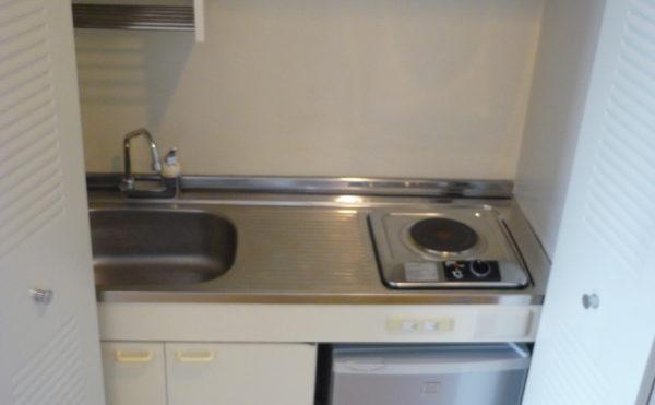 ミニキッチンがあります。利用するときに扉を開けて、普段はキッチンを隠せるようになっています。(ベストライフ熱海)