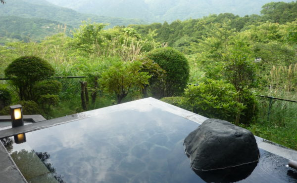 開放的な露天風呂があります。前に障害物が何もなく自然を満喫できる露天風呂が利用できます。(ベストライフ熱海)
