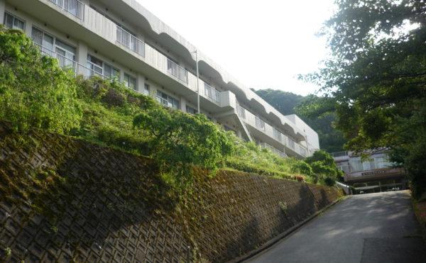 外観になります。緑がたくさんある小高い丘に建物があり、開放感のある場所になります。(ベストライフ熱海)
