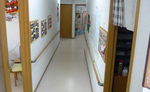 広い廊下 廊下には両側にきちんと連続した手すりが設置され安心して歩行・移動することが出来ます。(グループホーム東山)