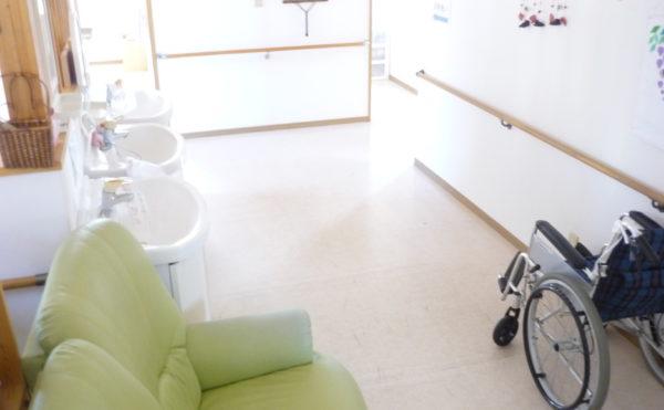 洗面スペース 広くて明るい空間に洗面スペースが設けられています。手すりも設置されていて安心です。(グループホーム東山)