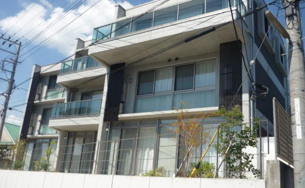 外観 高級住宅のような外観でステンレス調のサッシやバルコニーがシャープで洗練されています。(ココファミリア沼津)