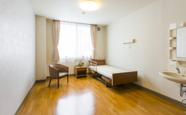 居室② 大きな窓にシンプルな内装が施された清潔感のある空間で毎日を過ごすことが出来ます。(有料老人ホーム ペリデ長田)
