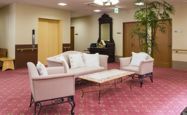 ロビー 落ち着いた色調のカーペットにソファーや家具がゆったりと配置されています。(有料老人ホーム ペリデ長田)
