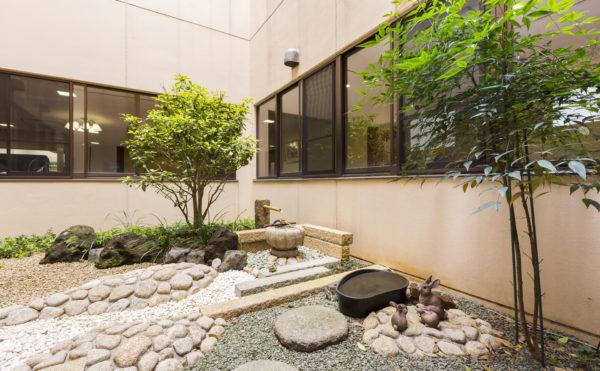 中庭 大きな岩と石と砂利と木々を配置して綺麗な中庭が癒しの空間として完成しています。(有料老人ホーム ペリデ長田)