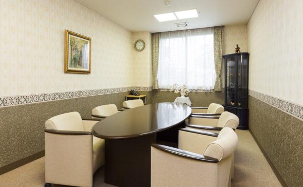 相談室 小人数で打ち合わせをしたり、相談の出来る落ち着いた部屋をご用意しています。(有料老人ホーム ペリデ長田)