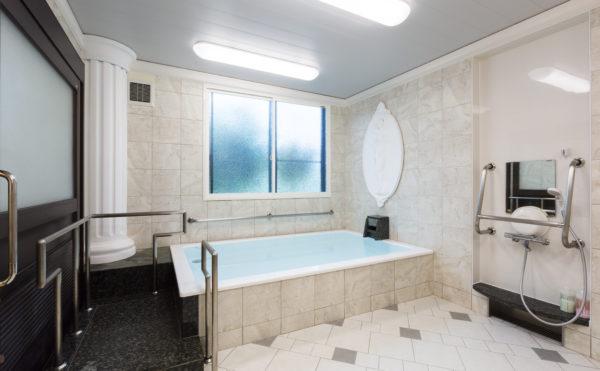 お風呂 清潔感のある開放的なお風呂で、手すりなど設置されて安心して利用することが出来ます。(有料老人ホーム ペリデ長田)