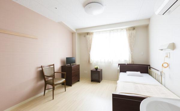 居室①ナチュラルな内装で清潔感のある室内になります。エアコン完備で窓も大きく開放的です。(有料老人ホームペリデアネックス)