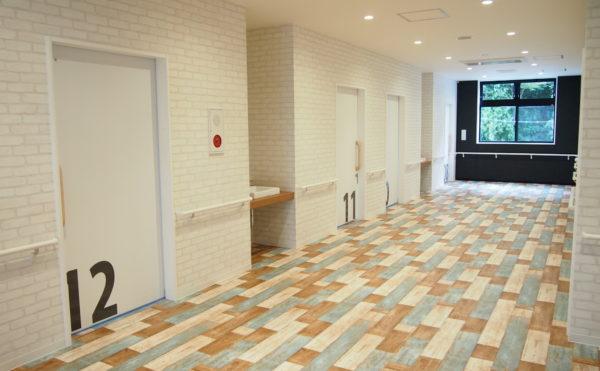 明るく広い廊下