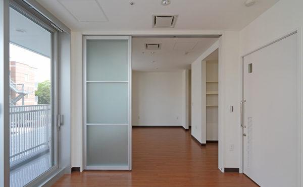 夫婦部屋 ホワイト系の内装インテリア。ベッドルームからの写真になります。(シャトー高丘 サービス付き高齢者向け住宅)