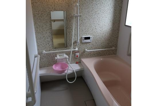 個浴 清潔感のある広い浴室には手すりが適所に配置されて安心して利用する事が出来ます。(アイケアおおるり西美薗)