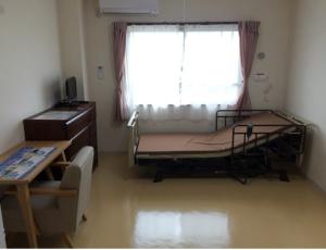 居室② ベッドの向きを変更した写真になります(ご希望の方は家具・家電レンタルも可能です。)(アイケアおおるり西美薗)