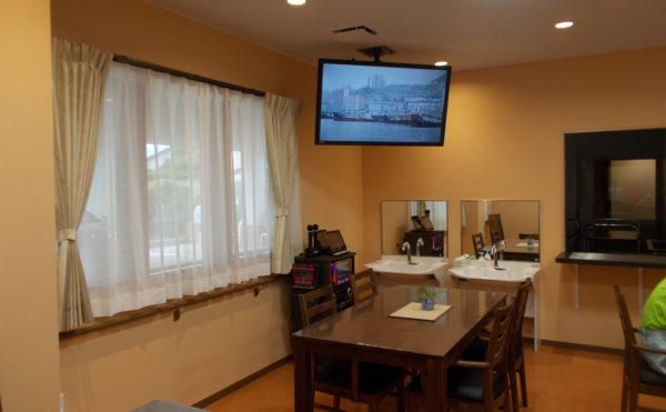カラオケも楽しみいただけます 食堂・リビングスペースにはカラオケ機材もご用意しております。(glad 下川原)