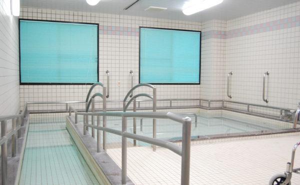 爽やかな感じの浴室 清潔感のある浴室で手すりとスロープの完備で安心して利用することが出来ます。(ベストライフ静岡)