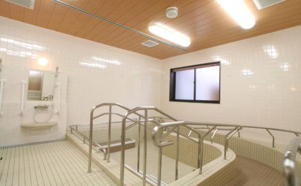 一般浴室 清潔感のある設備が整った浴室でスロープ・手すりが備わっています。(ベストライフ富士)