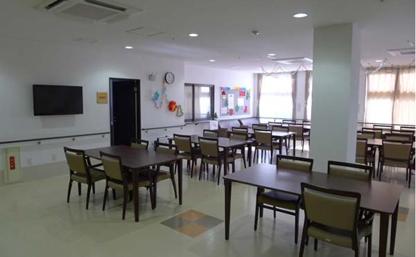 食堂 大きな窓が開放的で明るい雰囲気の食堂で毎日楽しく食事をすることが出来ます。(アイケア おおるり天竜川駅前)
