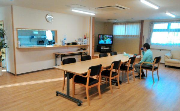 食堂 大きな窓が配置されていて開放感があり、食事を楽しく摂ることが出来ます。(障害福祉サービス 共同生活援助 和光の家