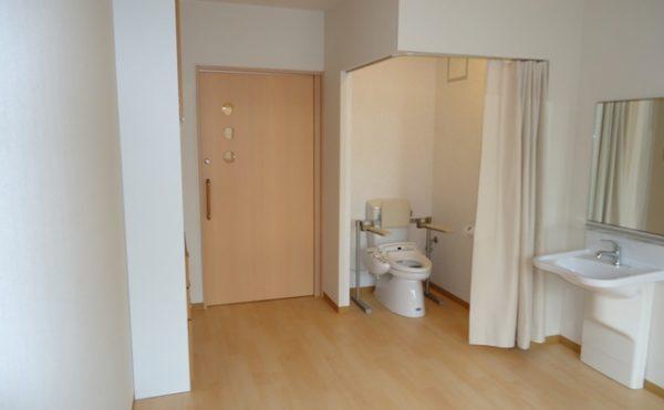 トイレ 居室と一体スペースで、ドアレスのトイレと車椅子でも利用しやすい洗面が便利です。(杏林福祉サービスときわ)