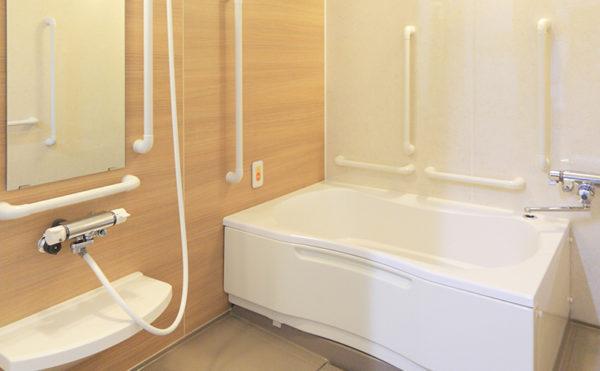 浴室 清潔感のある浴室で手すりを適所に配置しているので安心して利用する事が出来ます。(レジデンス二之宮)
