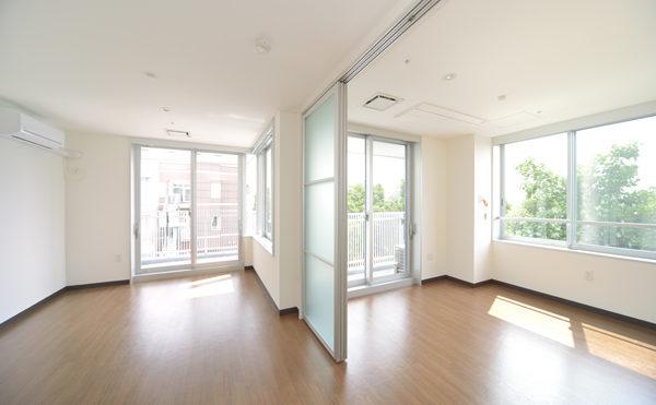 夫婦部屋 ワイドタイプ内装 沢山の窓が配置されている角部屋になります。(シャトー高丘 サービス付き高齢者向け住宅)