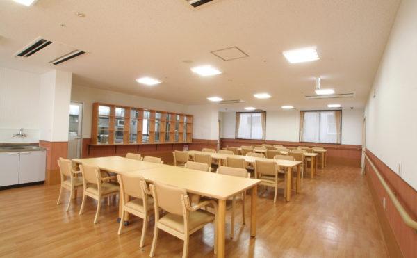 食堂 大きな空間にナチュラルなテーブセットが綺麗で毎日楽しく食事をすることが出来ます。(クローバーライフ富士)