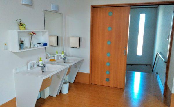 洗面スペース 共用スペースには車いす対応の洗面台が設置され便利にご利用できます。(つどいの家 ひまわり)