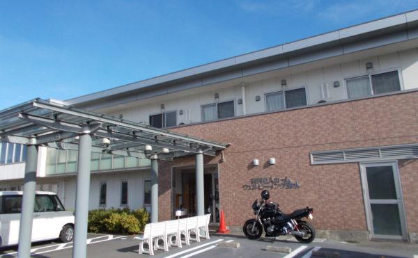 外観①駐車場 エントランス部分には大屋根を配置して、駐車場からの距離も近くなって便利です。(ウェルビーイング清水)