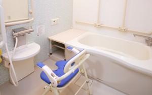 個浴室 清潔感のある内装に適所に手すりが適所に手すりが安心して入浴する事が出来ます。(クローバーライフ富士)