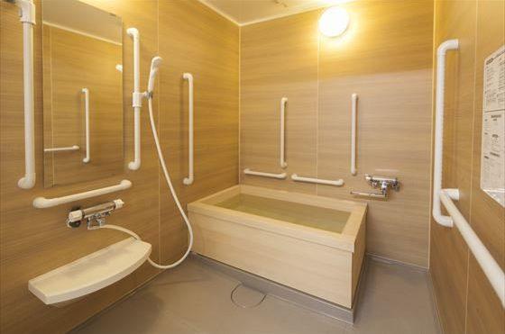 浴室 適所に手すりが配置されていて、木質内装が心地よく明るい清潔感のある浴室になります。(ハートライフ初生)