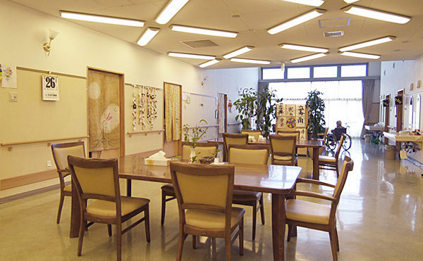 リビング食堂 大きな窓が開放的でアットホームな雰囲気で毎日を過ごす事が出来ます。(グループホームハイジの家)
