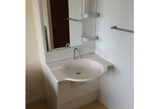 居室洗面 居室と一体スペースの清潔感のホワイト色の洗面で快適に毎日利用する事が出来ます。(アイケアおおるり西美薗)