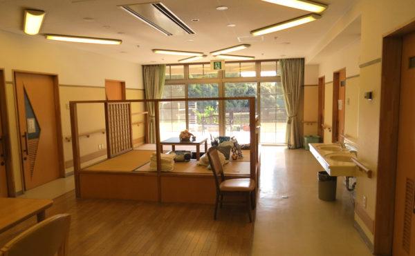 堀座卓 一角には畳コーナーと堀座卓が設置されていて穏やかにくつろぐ事が出来ます。(グループホームハイジの家)