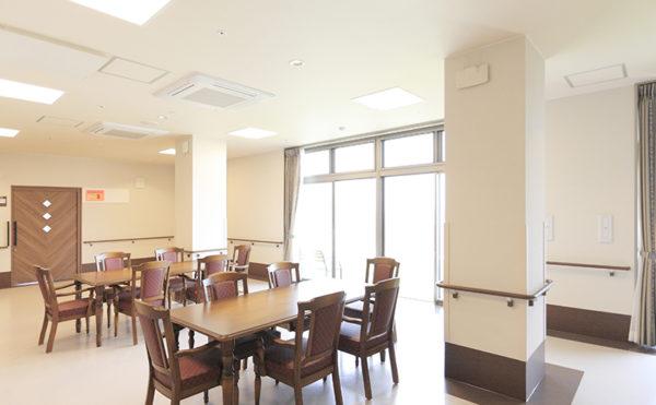 食堂 大きな窓が配置されていて開放感のある食堂です。高級なテーブルや椅子で統一されています。(レジデンス二之宮)