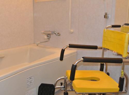 浴室 手すりが適所に設置されていて清潔感がある浴室になり、安心して利用する事が出来ます。(三ヶ日グループホーム)