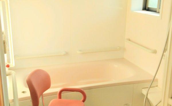 浴室 清潔感のある広めの浴室で、適所に手すりを設置して安心して快適に利用する事が出来ます。(つどいの家 ひまわり)