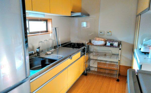 キッチン キッチンスペースは背面にはシステム食器棚が設置されていて効率よく料理する事が出来ます。(つどいの家 ひまわり)