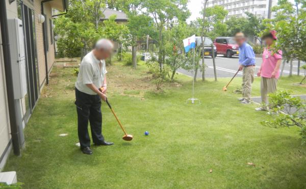 ゴルフ 敷地内には芝生スペースでゴルフを楽しむ事が出来ます。(住宅型有料老人ホーム マコDEホーム弁天)