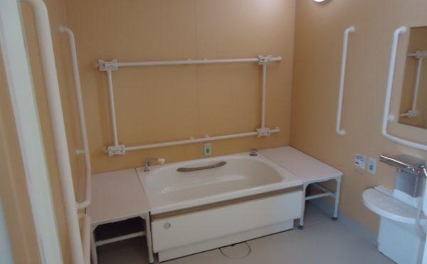 個浴 清潔感のあるスペースで手すりを適所に配置されて安心して入浴する事が出来ます。(杏林福祉サービスときわ)