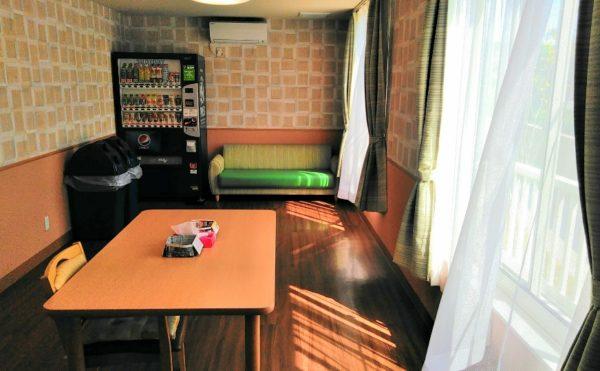 飲料コーナー お洒落なカフェ風の壁紙が貼られて、安らぎの時間を与えてくれる空間になっています。(やすらぎの郷 見付)