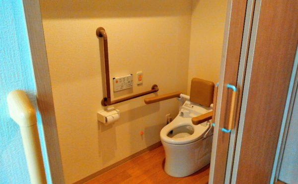 居室トイレ 広めのトイレ空間には手すりを適所に配置されて安心して利用する事が出来ます。(やすらぎの郷 見付)