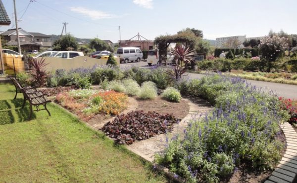 イングリッシュ・ガーデン① 綺麗にアーチ形のガーデンを形成しています。(グループホーム今日香)