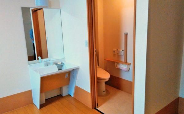 居室トイレ 居室には一体スペースとして洗面とトイレが設置されていて安心してご利用する事が出来ます。(つどいの家 ひまわり