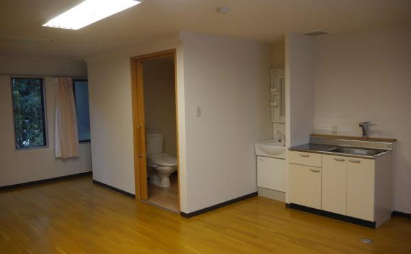 個室C 個室Cにはトイレ・洗面・キッチンが設置されていて便利に過ごす事が出来ます。(あい湖)
