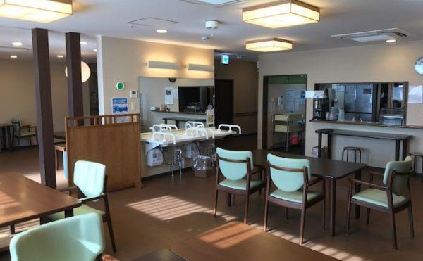 食堂 食堂には清潔感のある洗面が設置されて、テーブルやチェアーは和風テイストのものとなっています。(アンサンブル浜松尾野)
