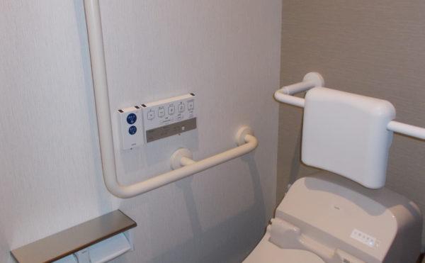 タンクレストイレ 手すりが配置されていて洗浄機能付きでお洒落なタンクレストイレが利用できます。(glad 下川原)